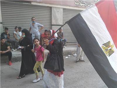 مسنة تتجول في الشوارع بعلم مصر