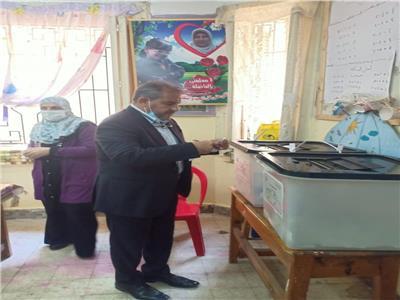 طاهر أبوزيد يدلي بصوته في انتخابات مجلس الشيوخ