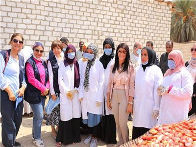 المشاط خلال تفقد وزيرة التعاون الدولي لمشروع تجفيف الطماطم