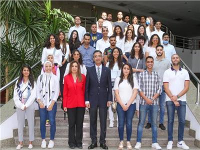 رئيس مجلس إدارة الهيئة القومية للبريد مع شباب الدارسين بالخارج