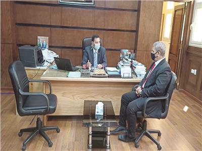 محرر البوابة أثناء حواره مع رئيس الجامعة