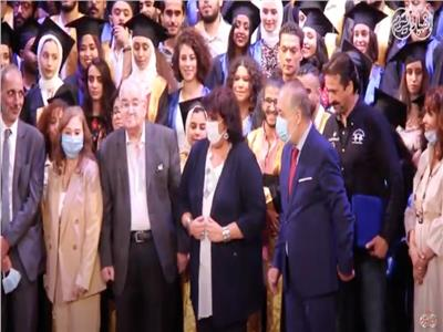 وزيرة الثقافة خلال تكريمها للمخرج محمد عبد العزيز