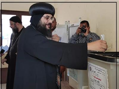 أسقف البحر الأحمر ومدير المنطقة الأزهرية يصوتان فى انتخابات النواب