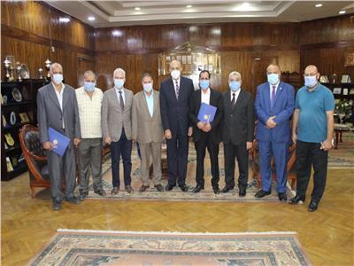 الدكتور عماد عتمان القائم بأعمال رئيس جامعة طنطا أثناء تكريم العاملين