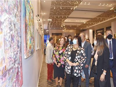 وزيرة الثقافة خلال افتتاحها معرض art town 2
