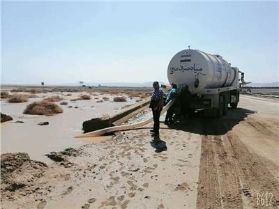 استمرار أعمال شفط تجمعات مياه الأمطار والسيول بطريق غارب الغردقة