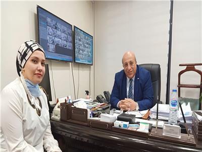 رئيس مصر للصرافة مع محررة بوابة أخبار اليوم