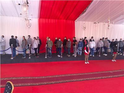 توافد المواطنين أمام مدرسة ياسر جنينة بالتجمع