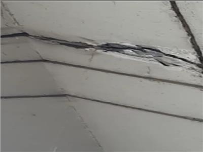 الكوبري العلوي أمام مستشفى دمنهور العام متهالك ويسرب مياه الأمطار