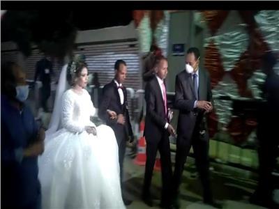 عروسان يدليان بصوتهما في إعادة انتخابات النواب بقنا