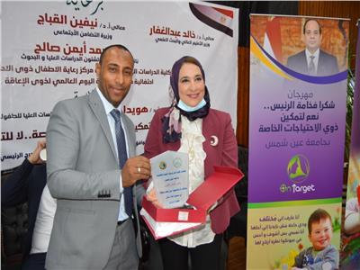 جامعة عين شمس تهدي «بوابة اخبار اليوم» درع التميز