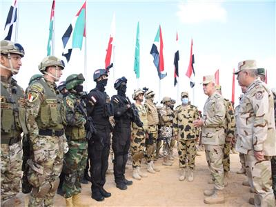 الفريق محمد فريد خلال المرحلة الرئيسية لتدريب «سيف العرب»