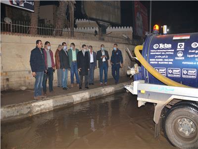 الدكتور طارق رحمى يتابع عملية رفع المياه