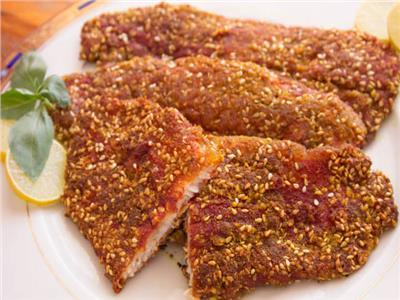 شرائح السمك الفيليه المقلي بالسمسم
