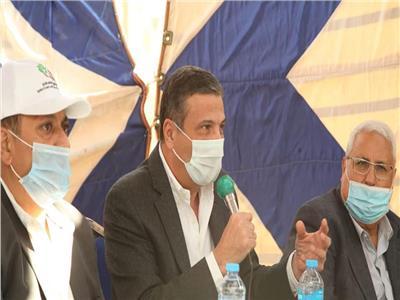 علاء قاروق رئيس البنك الزراعي أثناء لقائه لمواقع مشروع الـ1.5 مليون فدان