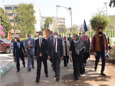 رئيس جامعة أسيوط يفتتح المعرض الخيري
