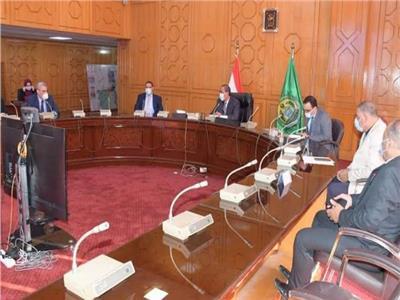 محافظ الإسماعيلية يكرم رئيس جامعة القناة وفريق عمل الدليل الإرشادى