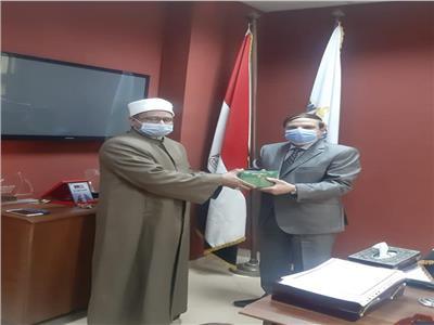 هدية الأوقاف لكليتي الإعلام بجامعة القاهرة والجامعة الحديثة للتكنولوجيا والمعلومات