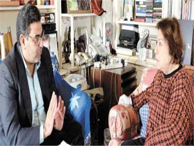 محرر الأخبار أثناء الحوار مع الفنانة القديرة سميحة أيوب