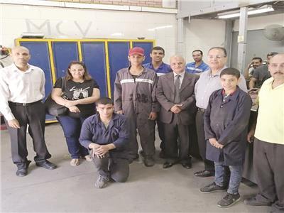 الطلاب داخل أول مدرسة لصناعة السيارات