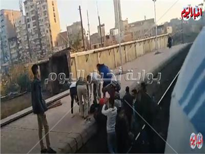 أهالي المحلة ينقذون فتاة من الموت تحت عجلات القطار.. فيديو