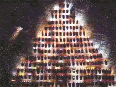 شجرة عيد ميلاد مضاءة