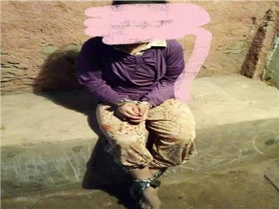 ماساة فتاة معاقة قيدتها امها بالسلاسل لمنع هروبها