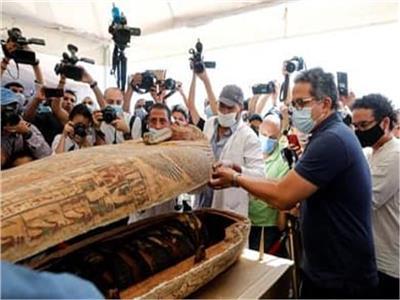 د. خالد العناني خلال احد الاكتشافات الأثرية