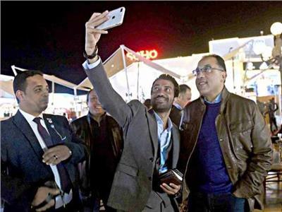 أحد المواطنين يلتقط سيلفي مع رئيس الوزراء