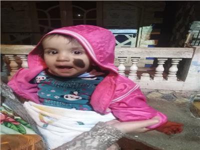 الطفلة ضحية التجريد من ملابسها