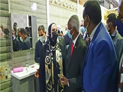 وزير الصناعة والتجارة في الجناح المصري بالخرطوم