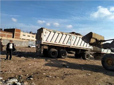 رفع تجمعات القمامة من محطة المناولة