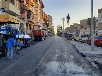 أعمال الأسفلت بشارع الأمين بنطاق حى المناخ ببورسعيد