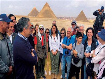 وزير السياحة مع السياح داخل الأهرامات