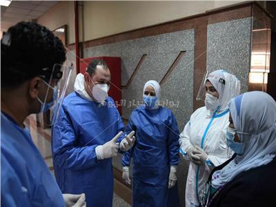 مدير مستشفى العزل بالعجوزة خلال حديثه مع فريقه الطبي - تصوير:  طارق إبراهيم - أحمد حسن