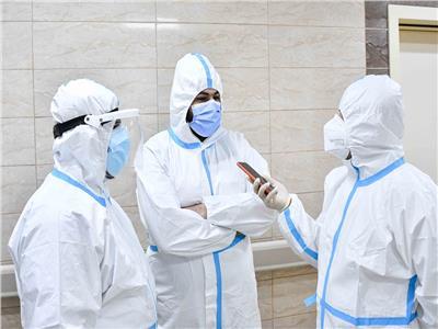 محرر الأخبار يحاور أطباء مستشفى العزل - تصوير: طارق إبراهيم - أحمد حسن
