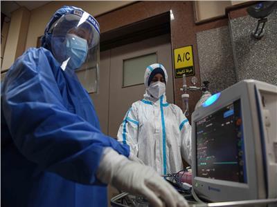 ضبط أجهزة التنفس لمريض في مستشفى عزل العجوزة تصوير: طارق إبراهيم - أحمد حسن