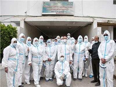 الفريق الطبي بمستشفى عزل هليوبولس مع «الأخبار» تصوير: طارق إبراهيم - أحمد حسن