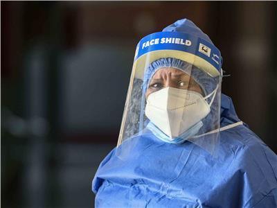 أم محمد خلال عملها بمستشفى العزل   تصوير: طارق إبراهيم - أحمد حسن
