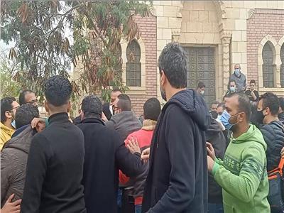 بودي جاردات أحمد السقا يعتدون على الصحفيين والمراسلين في جنازة محمد الصغير|  صور | بوابة أخبار اليوم الإلكترونية