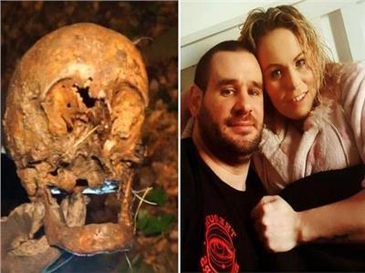 صورة الزوجان و الجمجمة