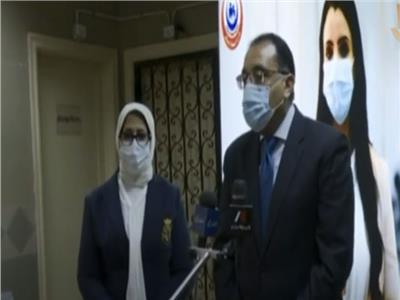 الدكتور مصطفى مدبولى، رئيس الوزراء يرافقه وزيرة الصحة