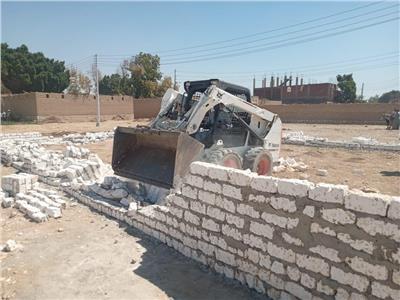 إزالة حالة تعدى بالبناء على أرض زراعية بقرية الحلة بإسناد