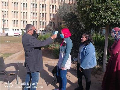 توافد طلاب الثاني الثانوي على لجان الامتحانات
