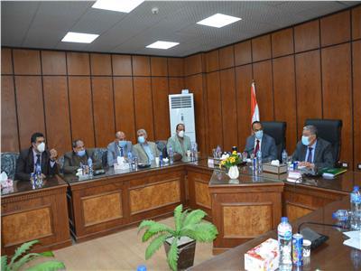 محافظ المنيا يناقش مع نواب البرلمان