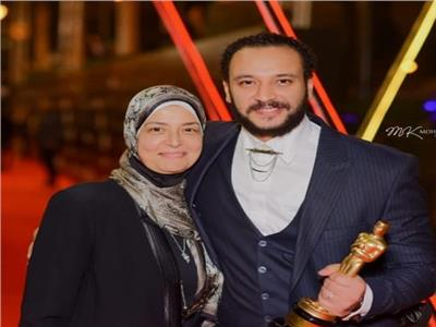 الفنان أحمد خالد صالح مع والدته