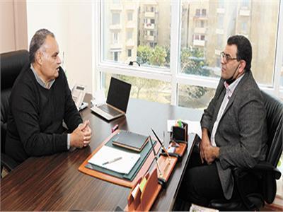 د. رضا سكر أثناء حواره مع محرر «الأخبار»