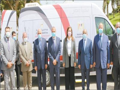 وزيرا التخطيط والتنمية المحلية خلال الاحتفال بمشروع السيارة المجهزة