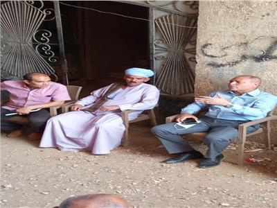 نائب محافظ القاهرة خلال لقاءه مع أهالي عزبة الأمل