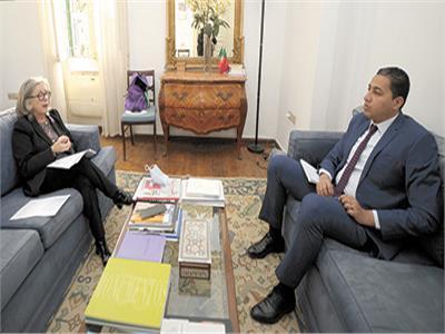 محرر «الأخبار» خلال حواره مع سفيرة البرتغال